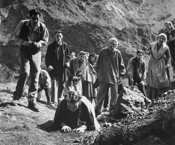 جنیفر جونز  در فیلم آهنگ برنادت، وقتی برای پیدا کردن چشمه بوته ها را می خورد